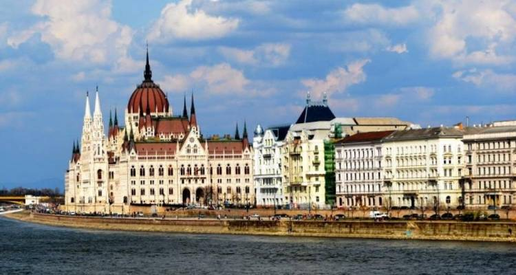 Budapest - Meet Us There - Bus2Alps